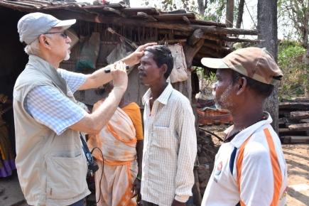 """Dr. Suhas Haldipurkar, Laxmi Charitable Eye Foundation und RC Panvel (Indien), untersucht Patienten während eines """"Eye Camps"""" in abgelegenen Gebieten."""