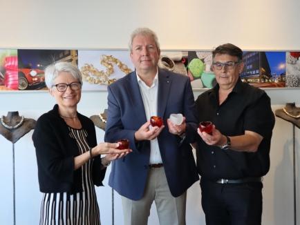 Von links nach rechts: Rotarierin Brigitte Kaufmann, Mine-ex-Präsident Reto Stump und Goldschmied Markus Franz freuen sich über den grossen Sammelerfolg mit der «Candle of love» zugunsten der schweizerischen Stiftung für Minenopfer.